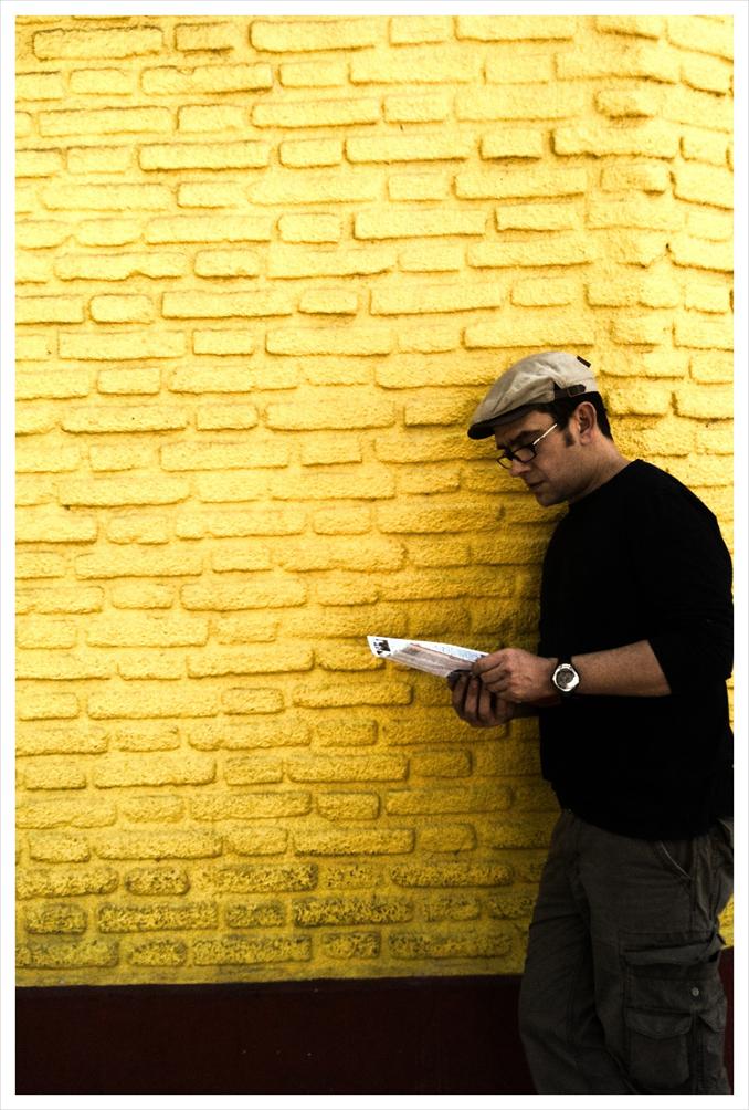 Pierre devant le mur jaune