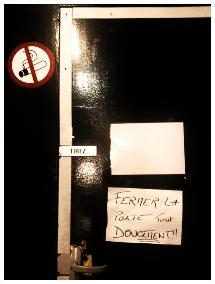 715 x - Image fermer la porte ...
