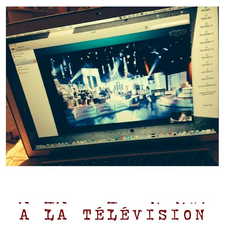 a la télévision